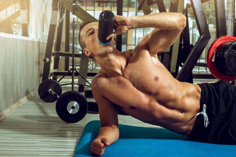 在锻炼期间的饮用的蛋白质震动 库存图片