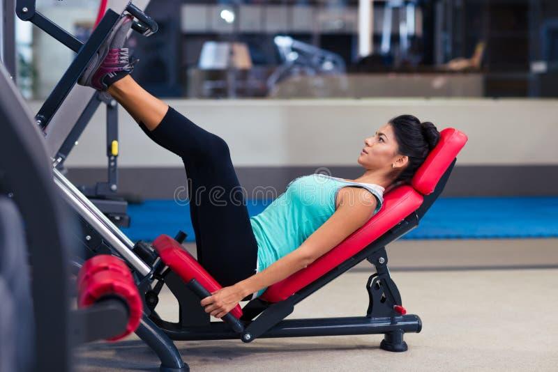 在锻炼机器的妇女锻炼 库存图片