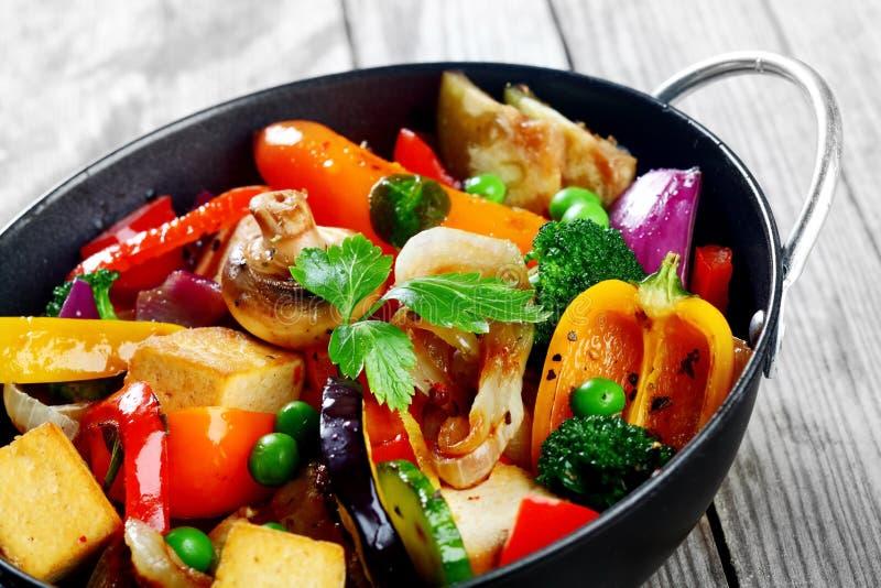 在黑烹调平底锅的食家健康主菜 图库摄影