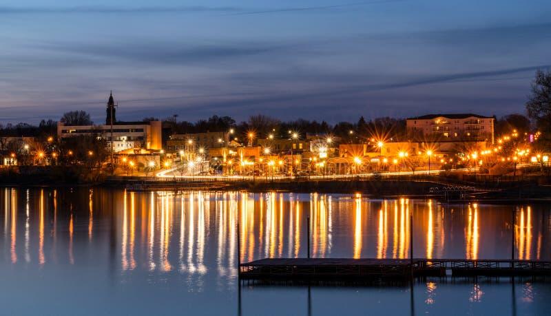 在水牛城和湖水牛城城市的日落长的曝光在明尼苏达美国 库存图片