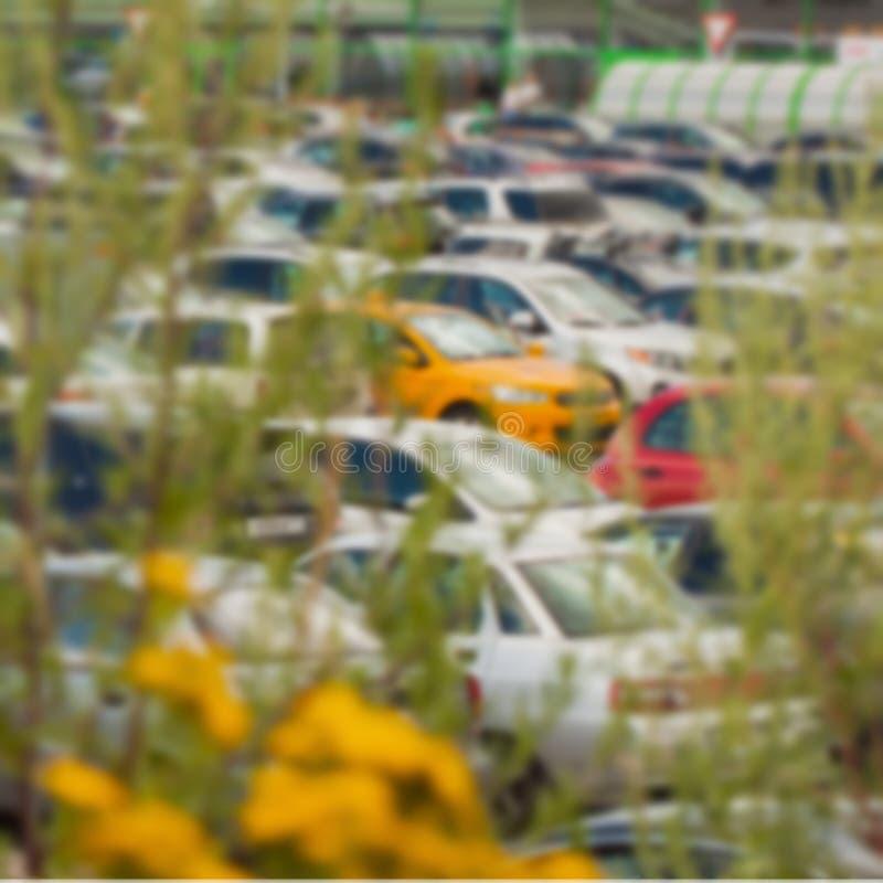 在购物中心旁边的被弄脏的停车场 对背景摘要 免版税图库摄影