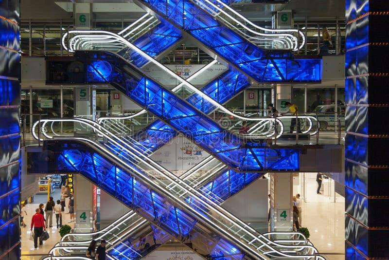 在购物中心欧洲人的美丽的发光的自动扶梯 免版税库存图片