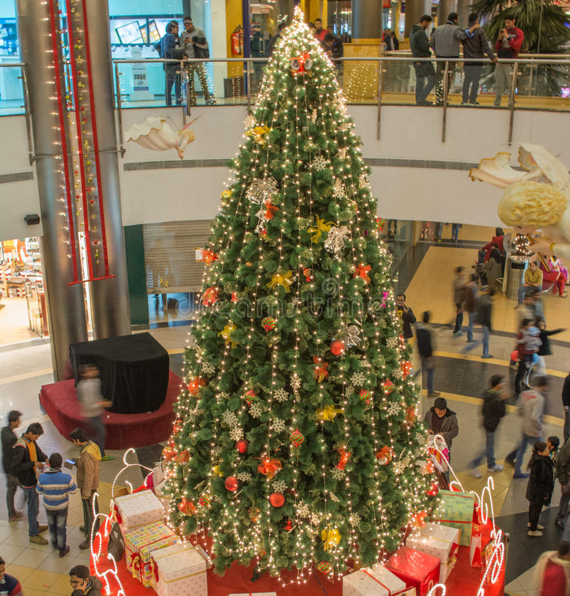 在购物中心的圣诞树 免版税图库摄影