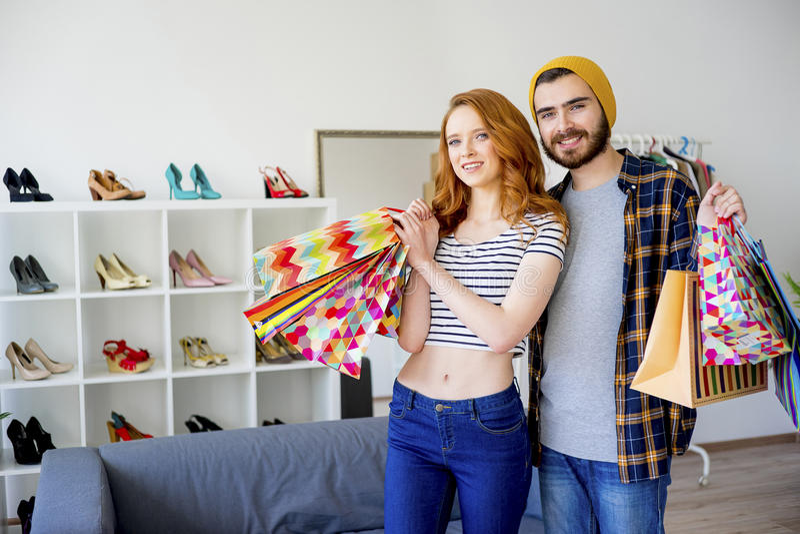 在购物中心的夫妇卖力 免版税库存图片