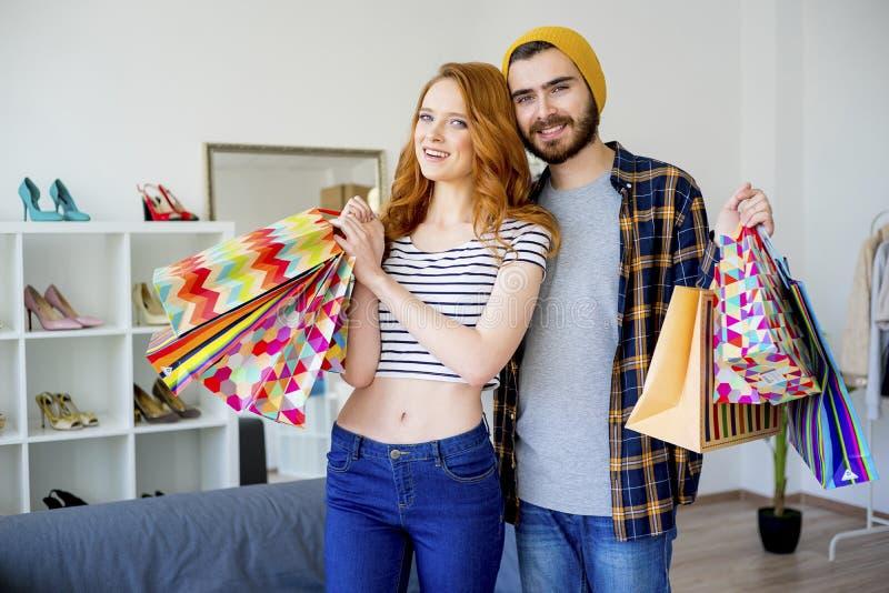 在购物中心的夫妇卖力 图库摄影