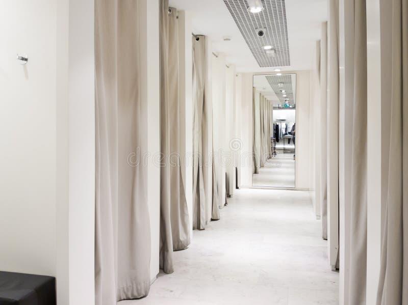 在购物中心的试装间内部 免版税库存照片