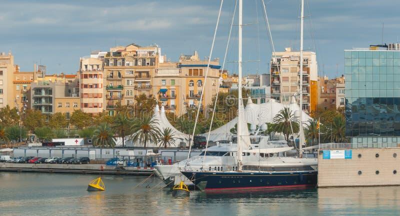 在购物中心附近的小游艇船坞口岸Vell在Barcenlona,西班牙 图库摄影