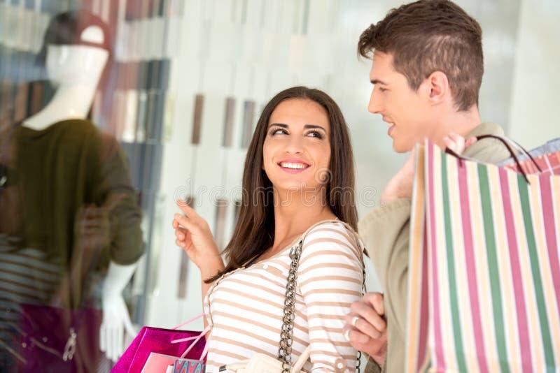 在购物的夫妇 免版税库存图片