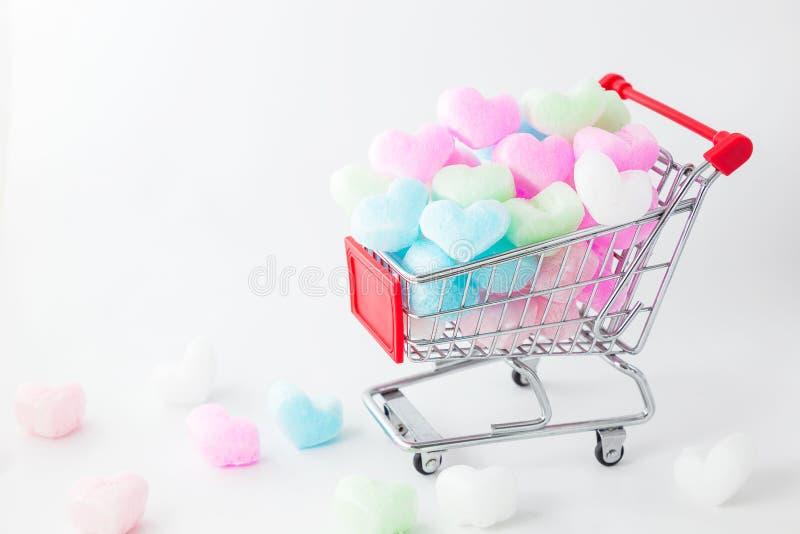 在购物车的五颜六色的心脏,爱五颜六色的泡沫心脏 免版税库存图片