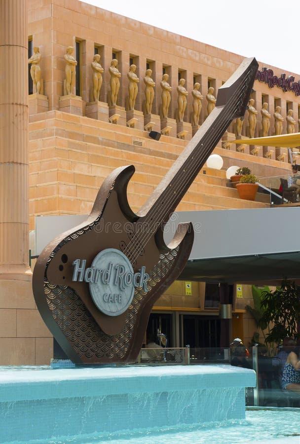 在水特点的巨大的复制品电吉他结构在对硬石餐厅的入口在Playa美洲日报 免版税库存照片