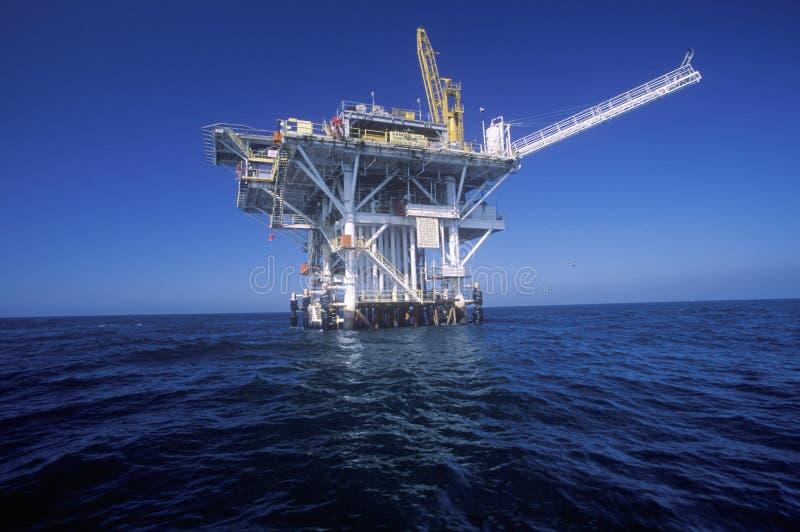 在维特纳和海峡群岛,加州之间的石油平台 库存照片