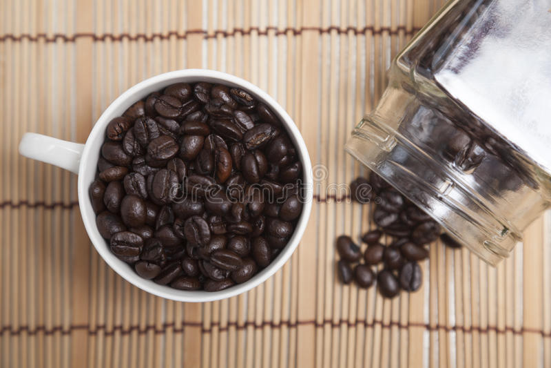 在玻璃和瓶的烤咖啡豆 免版税库存照片