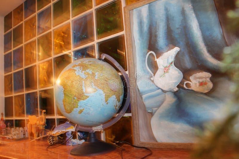 在玻璃墙的背景的地球 免版税库存照片