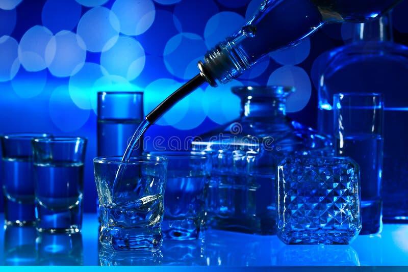 在玻璃桌上的伏特加酒 免版税图库摄影