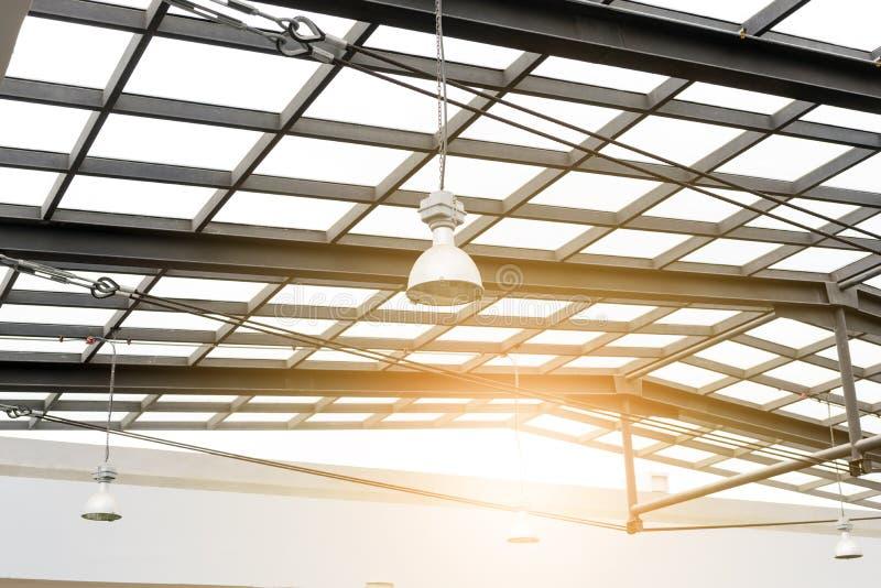 在玻璃温室光下的灯 免版税图库摄影