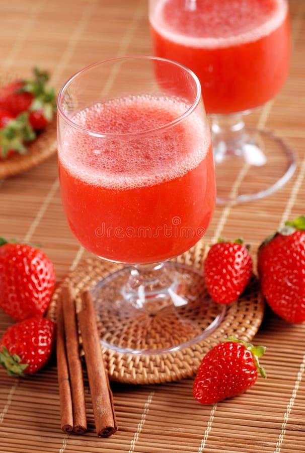 在玻璃烧杯的草莓圆滑的人 免版税图库摄影