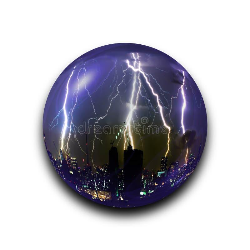 在玻璃球的被隔绝的抽象雷暴雷电在与裁减路线的黑背景 皇族释放例证