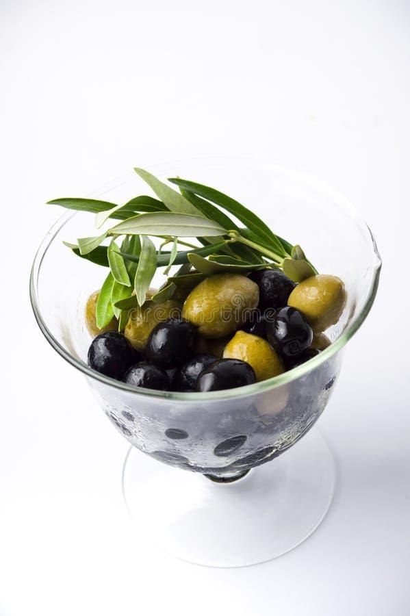 在玻璃瓶子的混杂的橄榄 库存照片