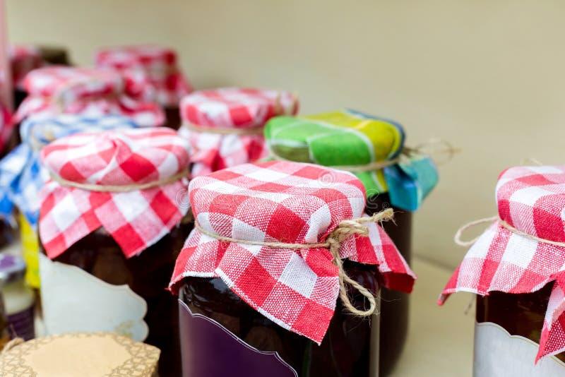 在玻璃瓶子的自创果酱在公平的国家的待售 免版税库存图片