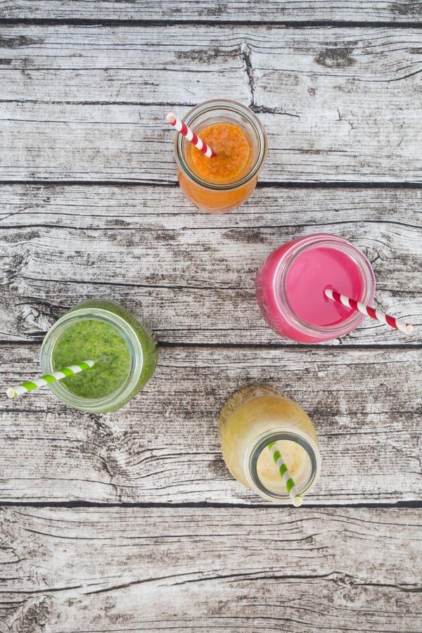 在玻璃瓶的各种各样的五颜六色的果子圆滑的人 库存图片