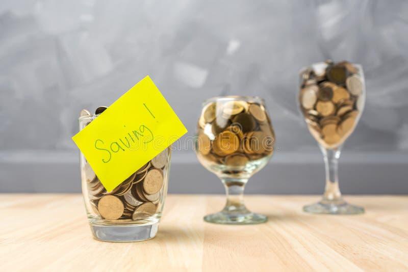 在玻璃瓶的挽救金钱购买的房子房地产c 免版税库存图片