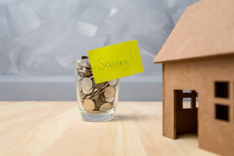 在玻璃瓶的挽救金钱购买的房子房地产c 库存照片