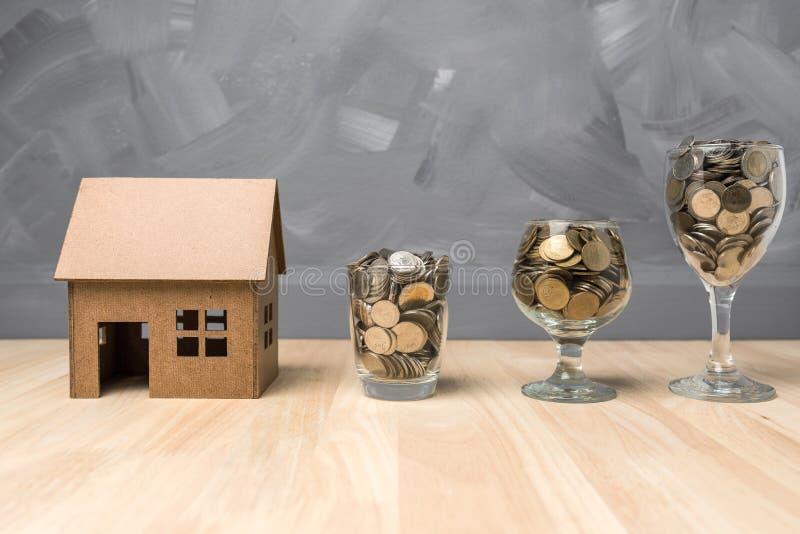 在玻璃瓶的挽救金钱购买的房子房地产c 图库摄影