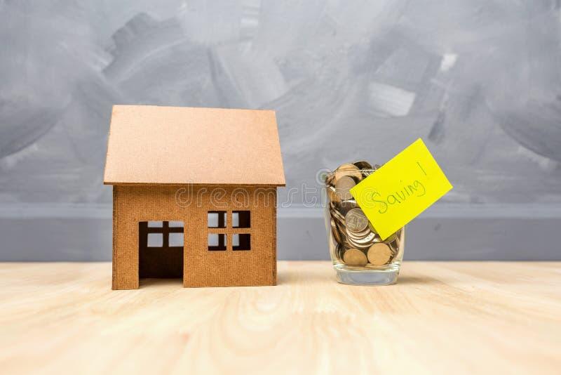 在玻璃瓶的挽救金钱购买的房子房地产c 免版税库存照片