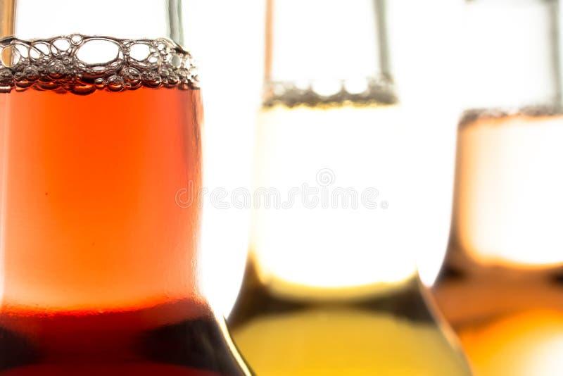 在玻璃瓶的碳酸化合的柠檬水 库存图片