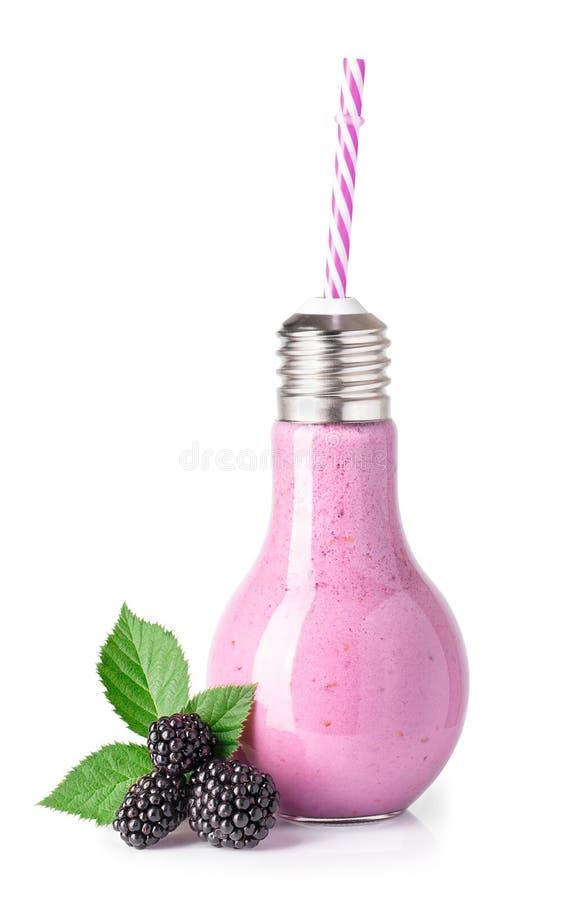 在玻璃瓶的黑莓圆滑的人 免版税图库摄影