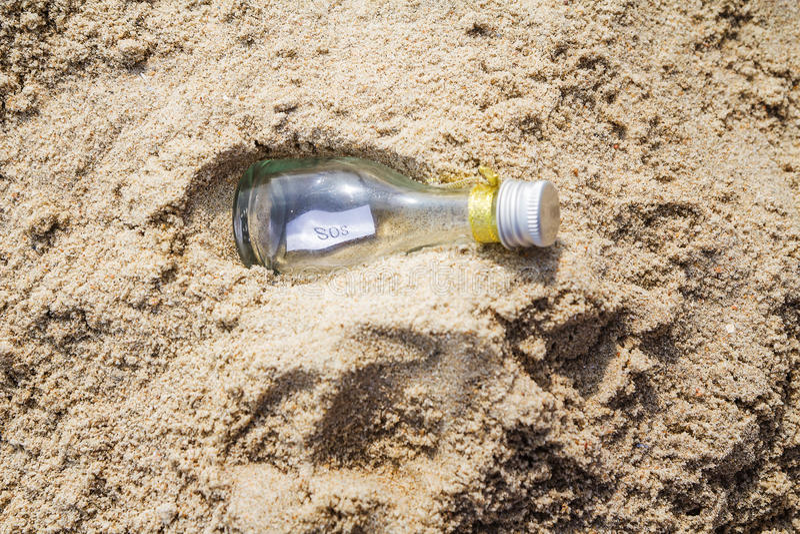 在玻璃瓶的SOS消息 库存图片