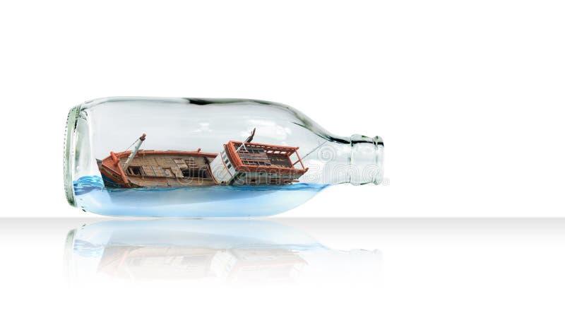 在玻璃瓶(超现实的概念)的小船 图库摄影