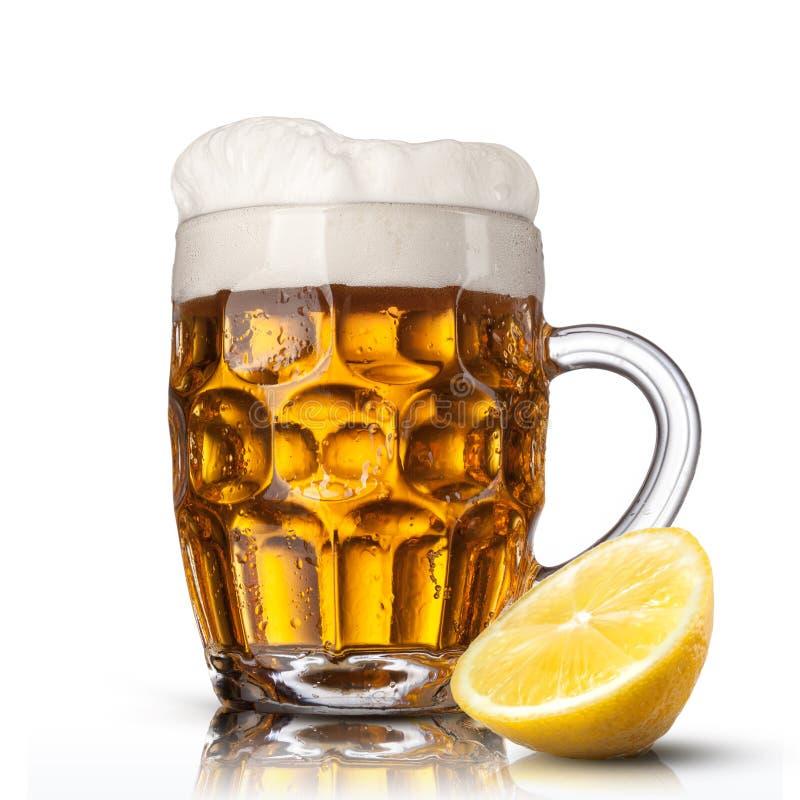 在玻璃的啤酒用被隔绝的柠檬 库存图片