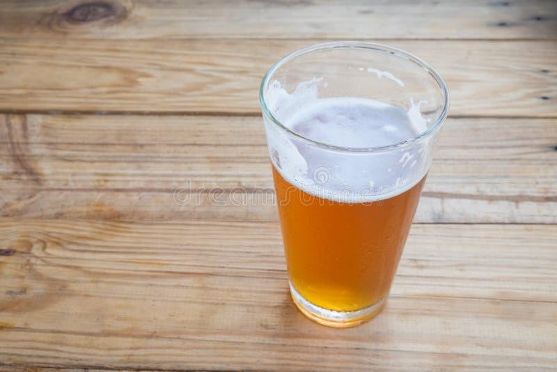 在玻璃的工艺啤酒 库存照片