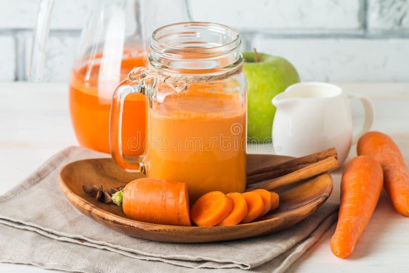 在玻璃的新鲜的红萝卜汁 免版税库存图片