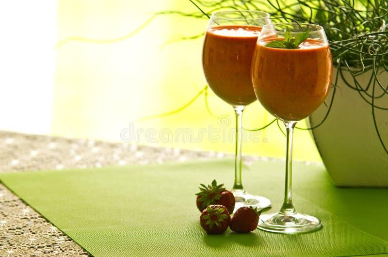 在玻璃的草莓鸡尾酒 免版税库存图片