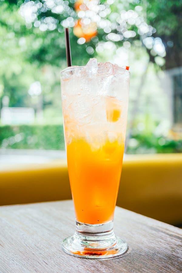 在玻璃的被冰的果汁喷趣酒汁液 库存图片