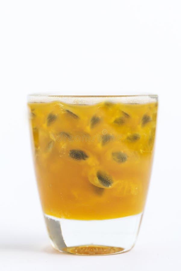 在玻璃的西番莲果汁 图库摄影