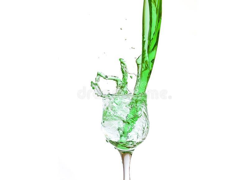 在玻璃的绿色飞溅的汁液 免版税库存照片