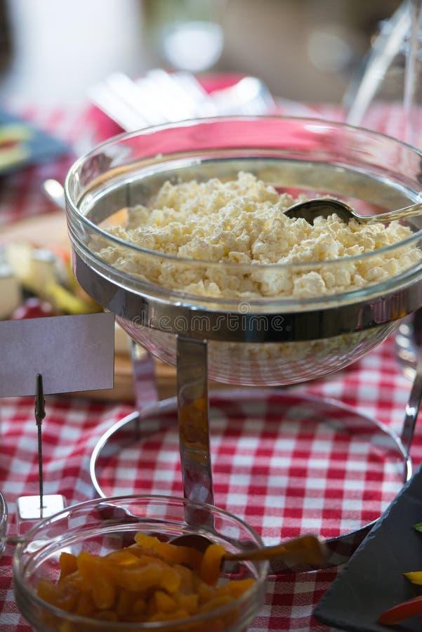 在玻璃盘的酸奶干酪 杏子 库存照片