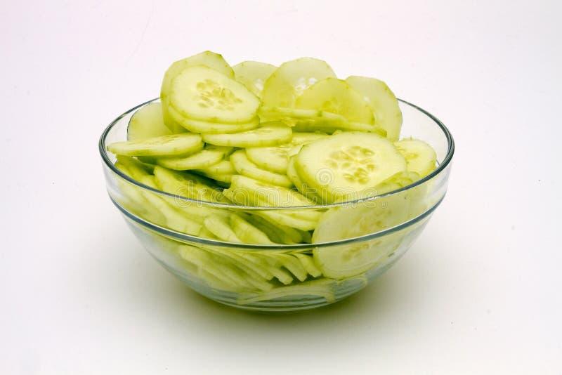 在玻璃碗的新鲜的黄瓜 库存照片