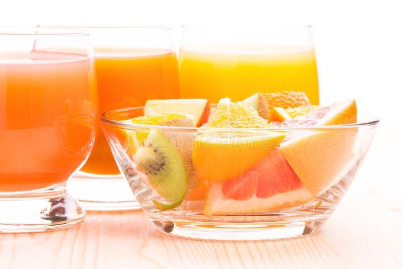 在玻璃碗的新鲜水果沙拉用汁液 免版税库存照片