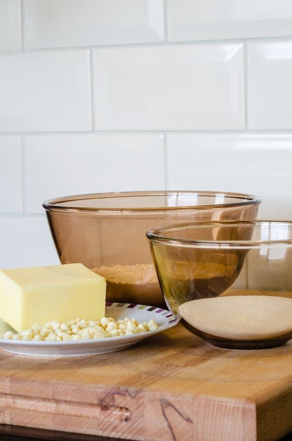 在玻璃碗的烘烤成份在木表面- flo顶部 免版税图库摄影