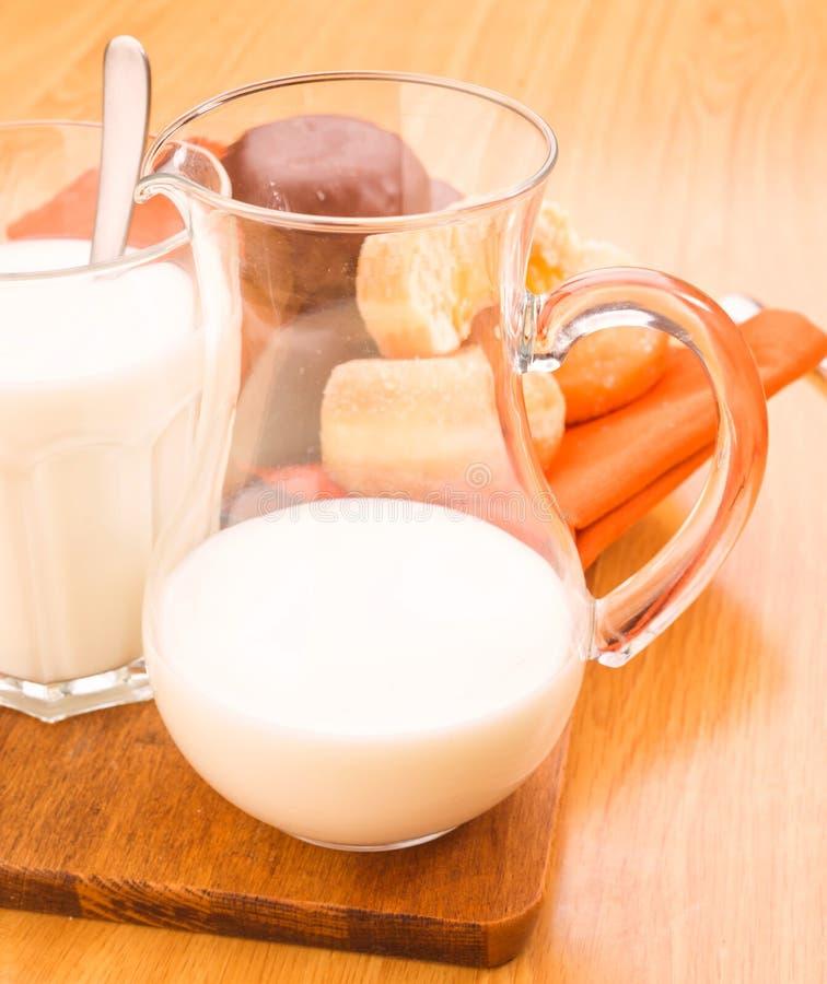 在玻璃碗的牛奶 免版税库存照片