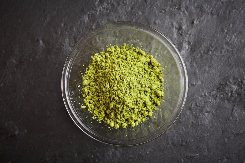 在玻璃碗的绿色matcha粉末 免版税库存照片