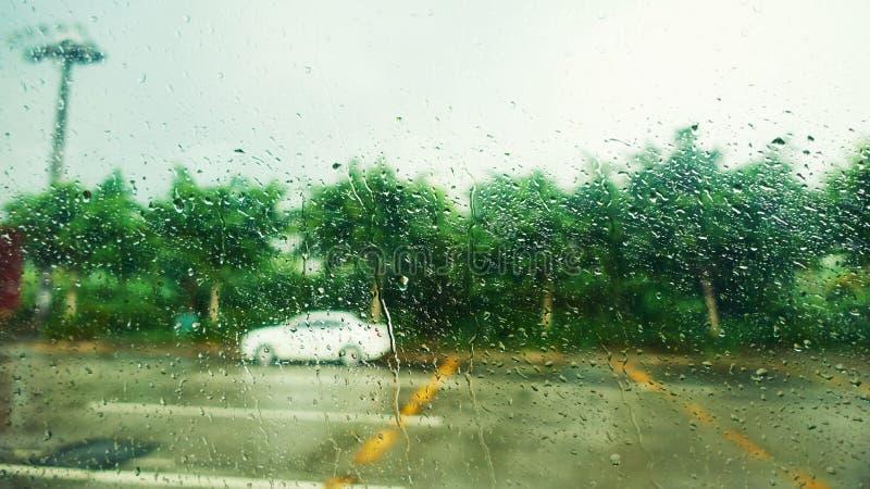 在玻璃窗的雨水下落 库存照片