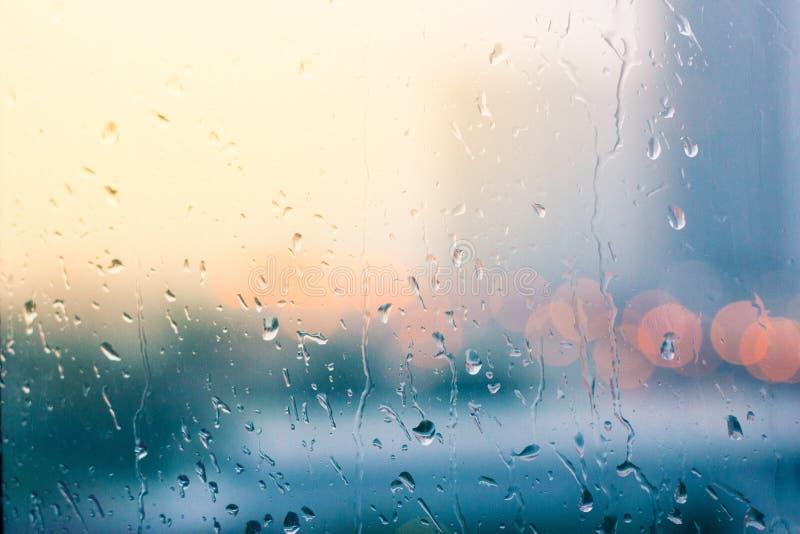 玻璃窗在下雨天背景中. 心情, 蓝色.图片