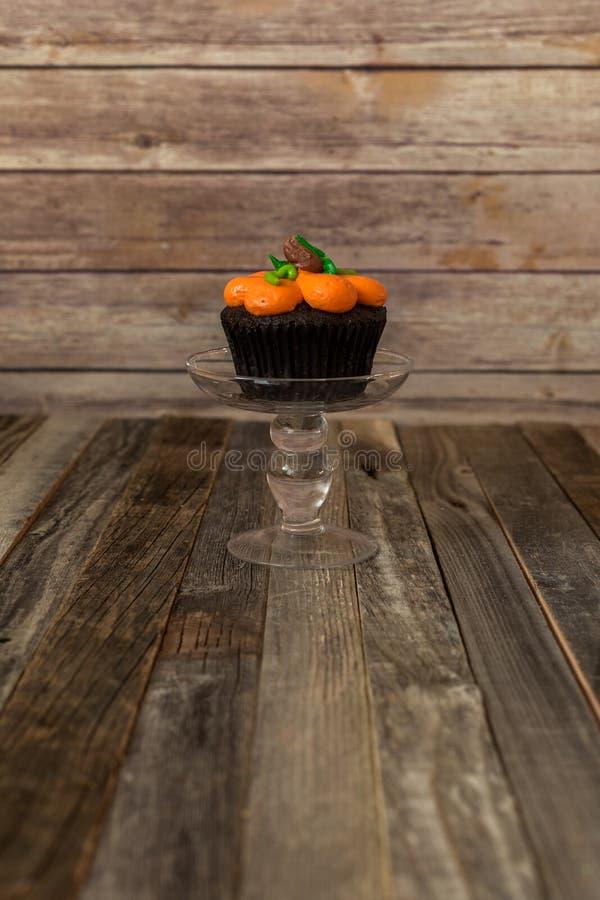 在玻璃立场的南瓜杯形蛋糕 免版税库存照片