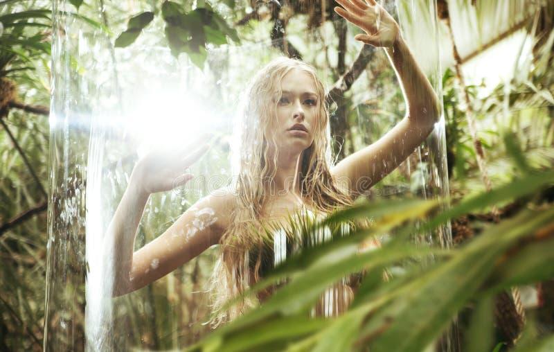 在玻璃笼子的惊奇白肤金发的若虫 免版税库存图片