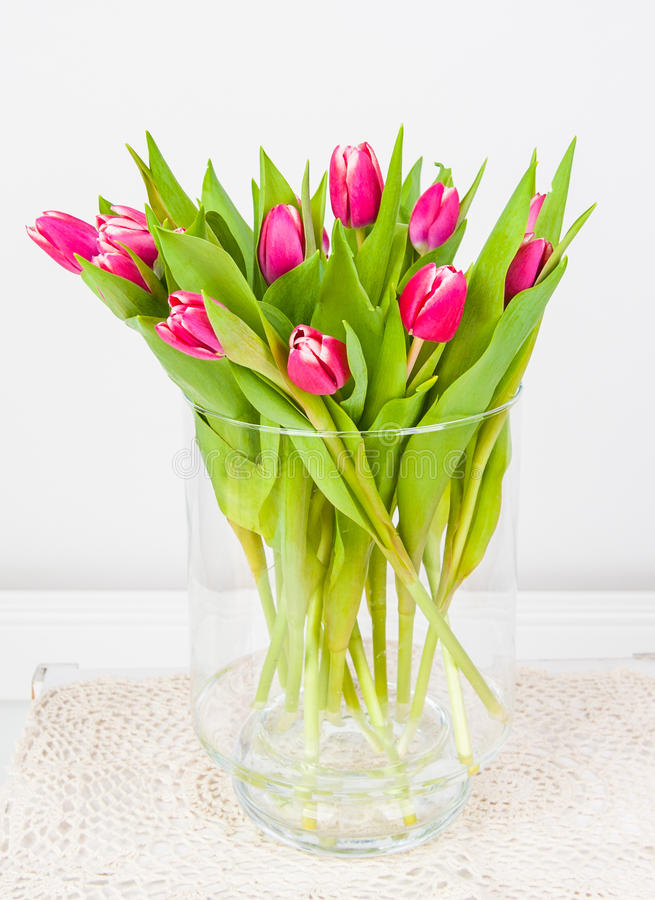 在玻璃花瓶的桃红色郁金香 免版税库存照片